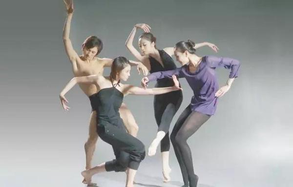 (3)科学的训练方法     舞蹈需要基本功,但每个人的自身条件有所